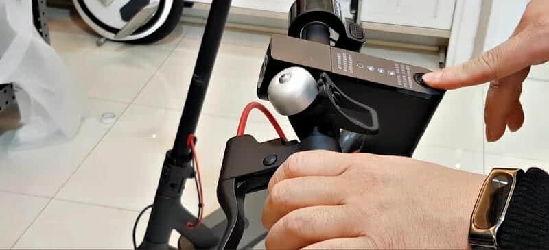 Индикатор заряда электросамоката горит зеленым